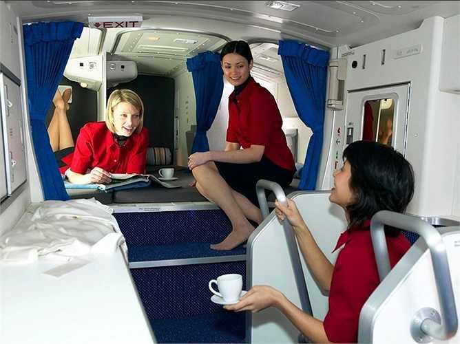 Các thành viên của phi hành đoàn chắc chắn sẽ rất thích khu vực nghỉ ngơi trên chiếc Boeing 777. Tùy thuộc vào các hãng hàng không, họ có thể bố trí phù hợp từ 6 đến 10 giường ngủ cùng với chỗ để đồ cá nhân của từng nhân viên.