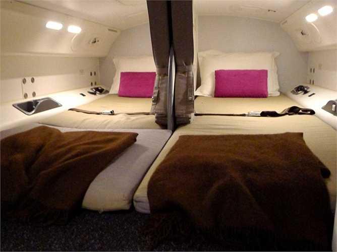 Mỗi giường ngủ của tiếp viên có chiều dài khoảng 1,8 m và chiều rộng khoảng dưới 1 m, được ngăn cách bằng một chiếc rèm hạng nặng có thể ngăn tiếng ồn.