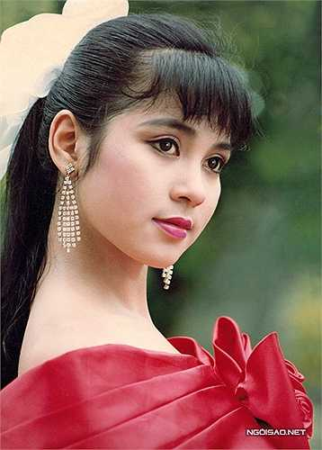Thuở đôi mươi Việt Trinh không phải người hoạt ngôn. Chị khá trầm tính và chỉ nói khi nào cần thiết. Những hình ảnh yêu kiều, dịu dàng của Việt Trinh phần nào thể hiện đúng con người của chị khi đó.