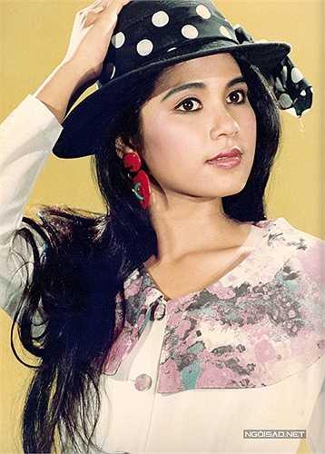 Việt Trinh không có vóc dáng chuẩn như người mẫu, mà điểm nhấn của chị chính là vẻ đẹp phúc hậu. Thuở đôi mươi, gương mặt chị trông bầu bĩnh, đáng yêu còn đôi mắt to tròn luôn ẩn chứa nỗi buồn.