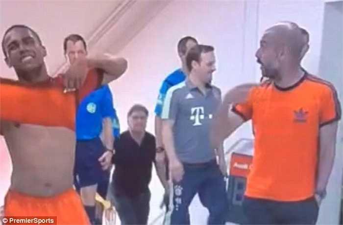 Chính bởi thế, Pep xông lại phía De Jong, thậm chí còn định nói chuyện bằng tay chân với tiền vệ người Hà Lan