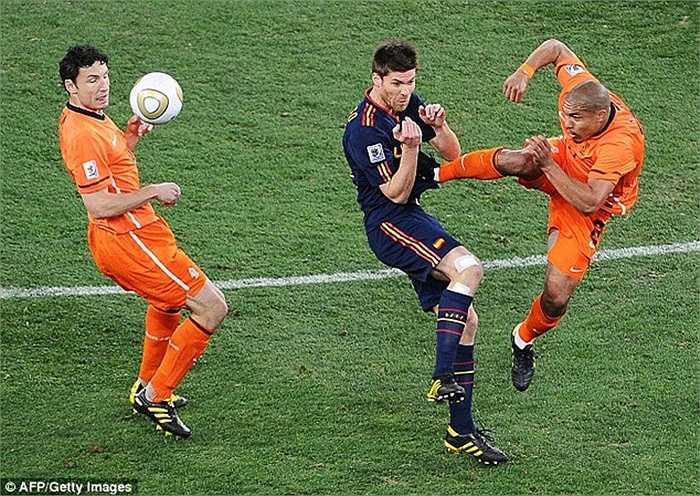 Trong quá khứ, De Jong từng có pha bóng đạp thẳng vào ngực Xabi Alonso ở chung kết World Cup 2010. Tình huống này đi vào lịch sử như là một trong những pha bóng thô bạo nhất