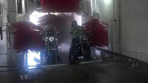 Bảo vệ chiếc mô-tô của bạn bằng việc rửa xe đúng cách