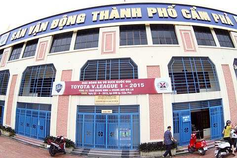 Những ngày qua, thời tiết ở Cẩm Phả liên tục có mưa lớn và xung quanh sân Cẩm Phả bị ngập nghiêm trọng.