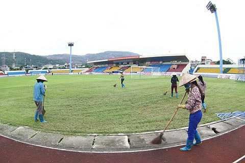 Chiều ngày 4/8, BTC sân đã huy động nhân viên cắt tỉa lại mặt cỏ cũng như cọ rửa các hàng ghế trên 4 mặt khán đài