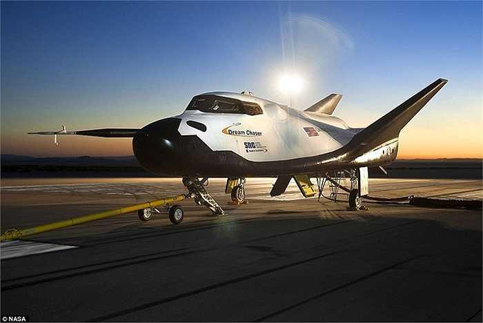 Máy bay này có thể đưa tàu con thoi lên cao trước khi bay vào không gian