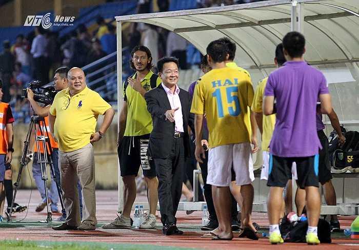 Bầu Hiển cười tươi rói, xuống sân chúc mừng chiến thắng của Hà Nội T&T ở bán kết cúp Quốc gia. Ông hứa thưởng lớn cho thầy trò Phan Thanh Hùng sau chiến thắng tối qua.(Ảnh: Phạm Thành)