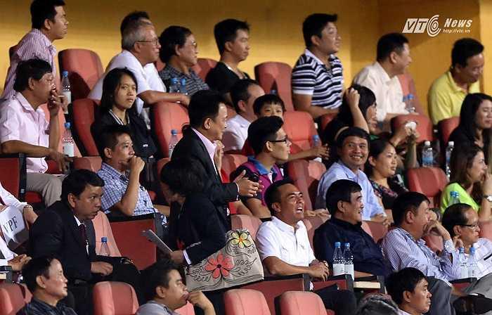 Trở lại sân bóng sau thương vụ Man City, bầu Hiển đã có một buổi tối mãn nhãn với màn trình diễn của đội bóng con cưng. (Ảnh: Quang Minh)