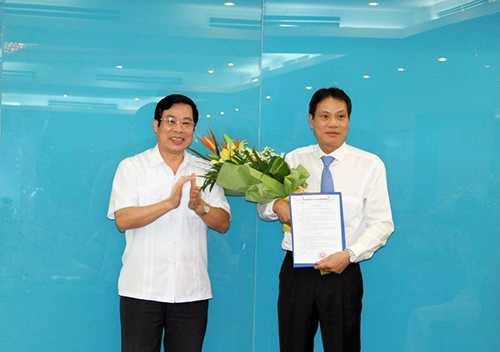 Bộ trưởng Bộ TT&TT Nguyễn Bắc Son trao quyết định và tặng hoa chúc mừng ông Đàm Mỹ Nghiệp