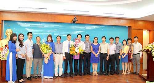 Trưởng, phó đơn vị thành viên trong Tổng Công ty tặng hoa chúc mừng tân Tổng Giám đốc và chụp ảnh kỷ niệm