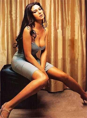 Cuối tháng 7 vừa qua, 'bom tấn' mới về điệp viên 007 mang tên Spectre đã tung ra trailer chính thức đầu tiên. Đoạn trailer đầy đủ này khiến các fan điện ảnh nức lòng với những cảnh quay mạo hiểm và cũng không kém phần thích thú khi được chiêm ngưỡng 3 'Bond girl' – người đẹp mới của chàng điệp viên lãng tử. Một trong số đó là mỹ nhân có vẻ đẹp 'bất lão' của nước Ý: Monica Bellucci.