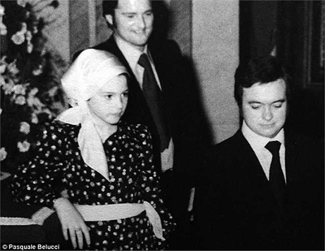 Monica Bellucci khi còn là một cô bé 12 tuổi. Monica Bellucci năm nay 50 tuổi và lập tức được gọi bằng biệt danh 'Bond girl già nhất trong lịch sử' hay… 'Bond woman' (Người đàn bà của Bond thay vì cô gái của Bond). Dù vậy, nhan sắc của cô vẫn vô cùng cuốn hút với đôi mắt to u sầu, sống mũi cao, đôi môi mọng và vóc dáng quyến rũ, mặn mà như đóa hoa mãn khai.