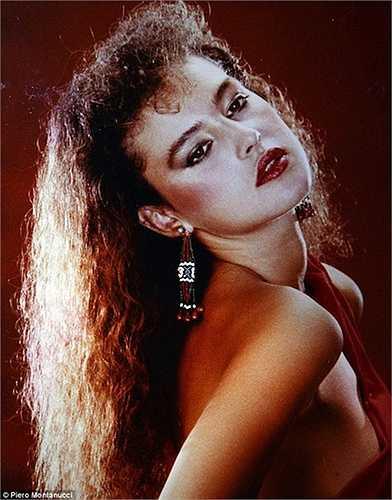 Nhớ về con gái của mình, ông Pasquale khẳng định khi còn nhỏ, Monica luôn để tóc ngắn như con trai nhưng tới năm 12 tuổi, cô bé đã ý thức rất rõ về nhan sắc của mình. Monica Bellucci bắt đầu đi giày cao gót, trang điểm và quấn khăn turban trên đầu. Ảnh cũ của Monica Bellucci do Piero lưu giữ.
