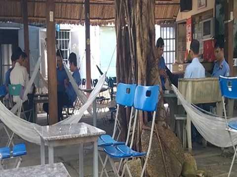 Trong giờ làm việc buổi sáng nhưng các cán bộ này đã chia thành 2 sòng bài để sát phạt - Ảnh: Minh Anh