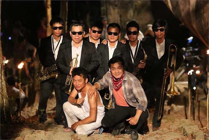 Trong phim, Tấn Beo còn khiến cho những cô nàng gợi cảm, nóng bỏng như Hồ Ngọc Hà, Linh Chi phải 'mê đắm' và dùng đủ 'chiêu' để thuyết phục.
