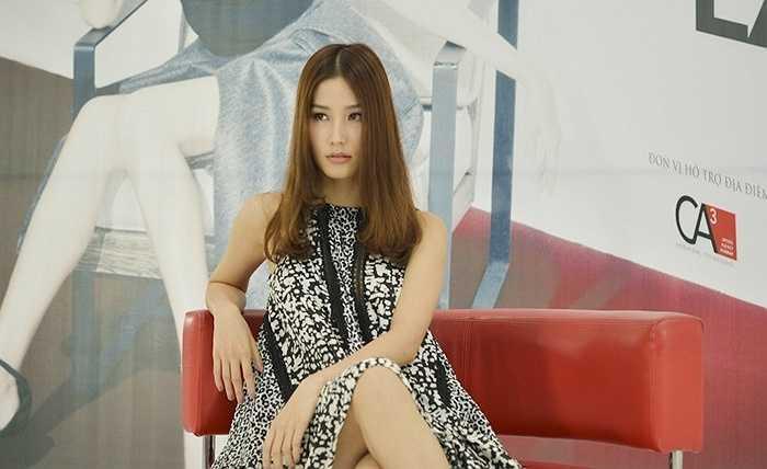 Cô diện một chiếc đầm khá đơn giản với phong thái vô cùng tự tin.