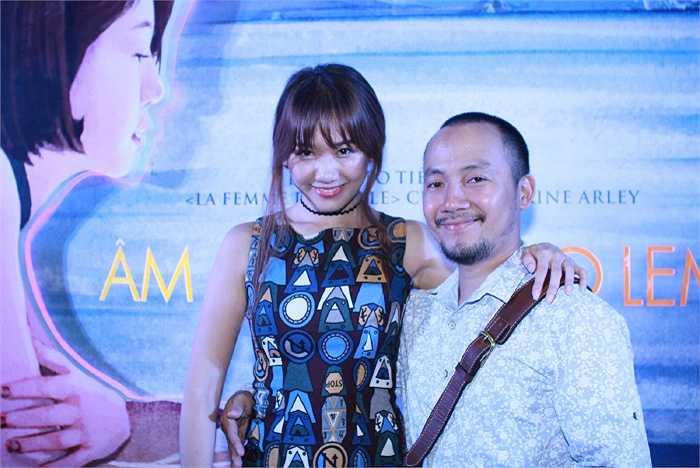 Xuất hiện trong buổi công chiếu 'Âm mưu của Lọ Lem', Hari Won nhí nhảnh tạo dáng bên bạn trai Đinh Tiến Đạt.