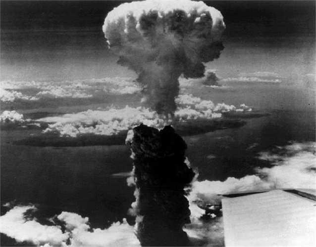 Tháng 8/1945, Mỹ thả hai quả bom nguyên tử xuống thành phố Hiroshima và Nagasaki, Nhật Bản. Hình ảnh cột khói hình nấm bốc cao sau vụ ném bom nguyên tử ở thành phố Nagasaki của Nhật Bản