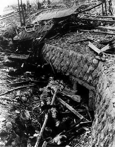 Ngày 6/8/1945, chiếc máy bay Boeing B-29 Enola Gay đã thả quả bom nguyên tử đầu tên 'Little Boy' xuống thành phố Hiroshima, Nhật Bản, phá hủy mọi thứ trong vòng bán kính hơn 8km