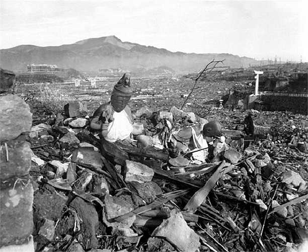 Một ngôi đền bị tàn phá nặng nề sau khi quả bom nguyên tử dội xuống ở  Nagasaki
