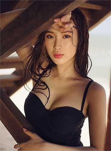 Angela Phương Trinh không chỉ có khuôn mặt bắt ống kính mà còn có một vóc dáng gợi cảm nhờ múa cột.