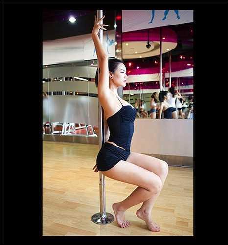 Năm 2011, nữ ca sỹ Maya trở thành tâm điểm chú ý khi tung ra bộ ảnh múa cột tuyệt đẹp.