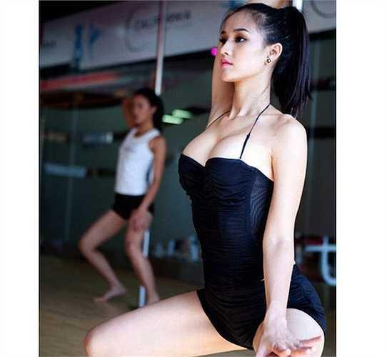 Những động tác múa cột dẻo dai, điêu luyện giúp cô thể hiện hết những ưu điểm hình thể.