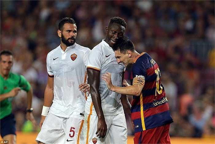 Pha va chạm của Messi với trung vệ người Pháp Mapou Yanga-Mbiwa của AS Roma. Tình huống xảy ra ở phút 34 khi đó Barca đang dẫn trước 1-0.