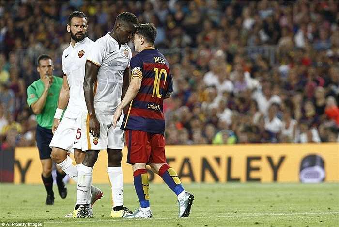 Mapou Yanga-Mbiwa không hề phạm lỗi hay va chạm với Messi trước đó nhưng có vẻ vài lời nói khiêu khích từ cầu thủ AS Roma khiến ngôi sao người Argentina cảm thấy nóng mặt