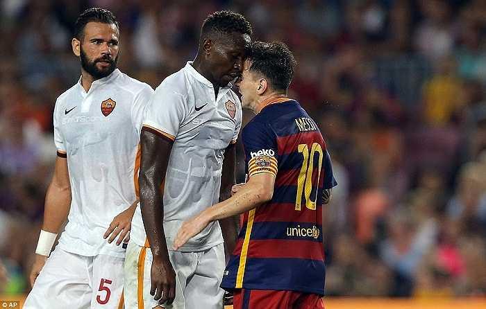 Messi lao đến húc đầu vào mặt đối thủ