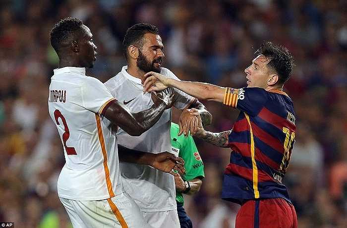 Cầu thủ hai đội vội vào can thiệp. Do đây chỉ là trận giao hữu nên Messi chỉ bị phạt thẻ vàng