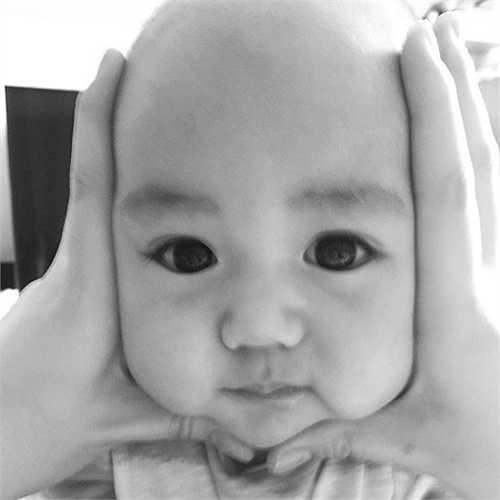 Hôm qua, ngày 5/8, siêu mẫu Ngọc Thạch đã tạo nên một 'cơn sốt nhẹ' trên mạng xã hội' khi tung ra bức ảnh vô cùng dễ thương của cậu con trai Ricky hơn 3 tháng tuổi. Bức ảnh của cậu con trai Ricky được siêu mẫu Ngọc Thạch đăng tải hôm qua.