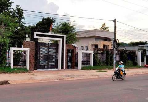 Cổng và tường chính ngôi biệt thự được che kín