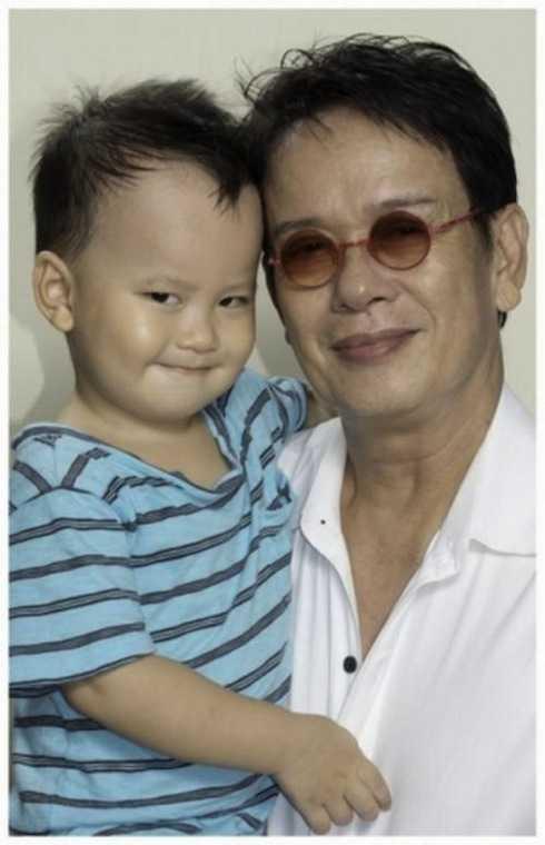Đức Huy hạnh phúc cùng con trai Vinh Sơn.