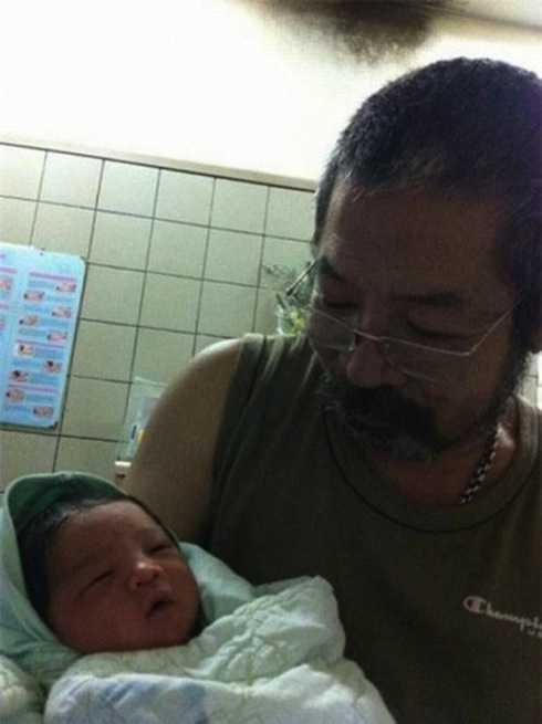 Cảnh người cha già ôm đứa con thơ trong lòng khiến không ít người thấy ngưỡng mộ.