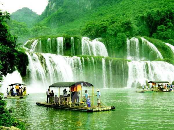 Thuyền, bè đưa khách du lịch tham quan khu vực xung quanh thác Bản Giốc - Ảnh: TTXVN
