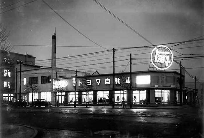 Toyoda mới là cái tên đầu tiên của hãng. Kiichiro Toyoda - người sáng lập ra hãng xe sau đó đã đổi tên hãng thành Toyota, cái tên đến nay nó đã quá quen thuộc với thế giới. Trụ sở ban đầu của hãng kiêm luôn nơi bán hàng.
