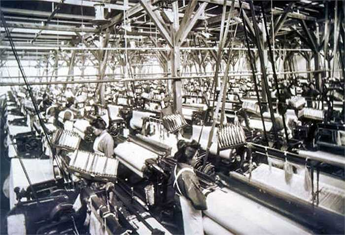 Sakichi Toyoda (cha của Kiichiro) là nhà phát minh ra khung dệt công nghiệp ở Nhật. Trở lại cuối những năm 1800, ông Sakichi đã có hàng chục bằng sáng chế làm thay đổi ngành công nghiệp dệt may, bao gồm cả khung cửi bằng điện đầu tiên ở Nhật Bản.