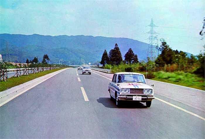 Toyota tổ chức chạy xe hơi việt dã đầu tiên ở Nhật bằng cách thi lái xe 160.000 km liên tục. Sau khi công bố chiến thắng của chiếc xe Corona, chiến dịch quảng bá diễn ra từ Osaka tới Nagoya.