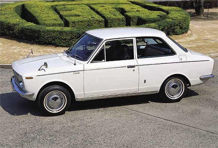 Corolla là chiếc xe sedan thể thao đầu tiên của hãng năm 1960. Nổi bật với hệ thống treo trước thanh chống giống với những chiếc sedan thể thao từ châu Âu. Trong 3 năm, Toyota đã sản xuất 250.000 chiếc xe.