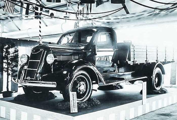 Công ty Toyoda Automatic Loom Works sản xuất chiếc xe đầu tiên vào năm 1930. Khi đó những chiếc xe con và xe tải Toyoda sử dụng thiết kế của 2 hãng xe Ford và GM, như một sự giúp đỡ của Mỹ đối với ngành xe hơi Nhật Bản.