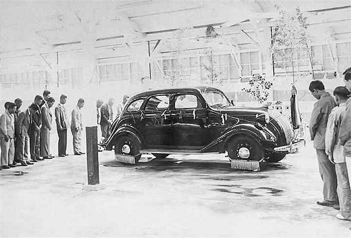 Mẫu xe thế hệ tiếp theo Model A1 - Chrysler. Kiichiro Toyoda đã chọn phong cách thiết kế thân xe theo kiểu Chrysler DeSoto, một phong cách sedan khá thời thượng ở Mỹ hồi đó