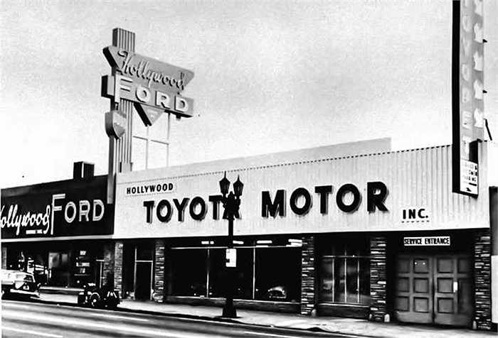 Toyota Jeeps đầu tiên được sản xuất để phục vụ cho chính phủ Mỹ chứ không phải thị trường Nhật. Khi chiến tranh Triều Tiên bùng nổ, chính phủ Mỹ yêu cầu đặt hàng 100 chiếc xe Jeep từ Toyota.