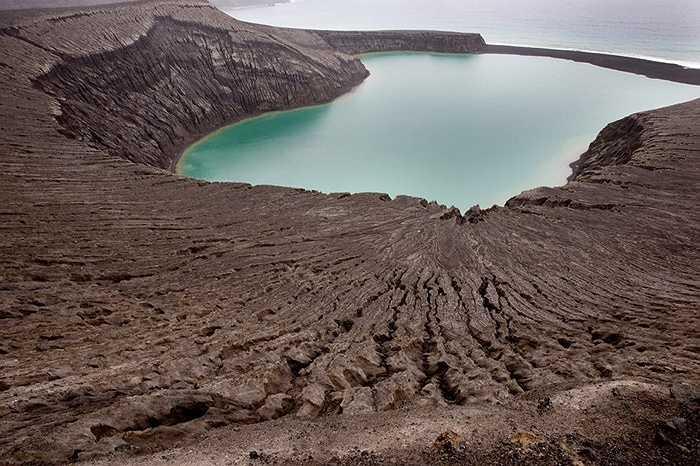 Đây là hòn đảo được hình thành sau đợt phun trào của núi lửa nằm cách thủ đô Nukualofa của Tonga khoảng 65km