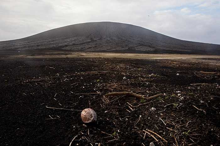 Xung quanh ngọn núi lửa giờ đây là bãi đất mênh mông được tạo ra sau đợt phun trào
