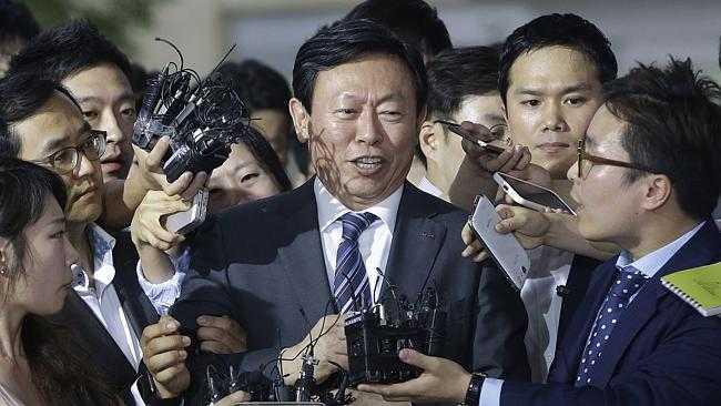 Shin Dong Bin đã mạo danh quyền thừa kế để lật đổ cha và hất cẳng anh trai mình ra khỏi Tập đoàn Lotte