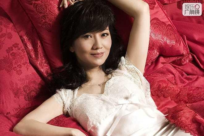 Triệu Nhã Chi có đời tư không thuận lợi khi từng đổ vỡ hôn nhân. Ở tuổi 61, bà hiếm khi xuất hiện trên màn ảnh, thay vào đó tập trung làm từ thiện.
