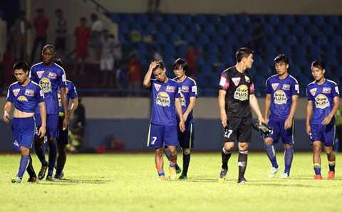 Các cầu thủ HAGL rời sân sau thất bại trước T.Quảng Ninh - Ảnh: Minh Tú