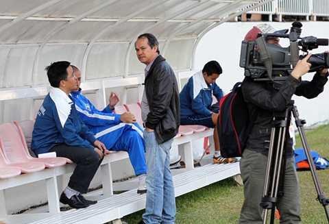 Trưởng đoàn Nguyễn Tấn Anh (bên trái) trao đổi cùng bầu Đức tại Pleiku - Ảnh: Minh Trần
