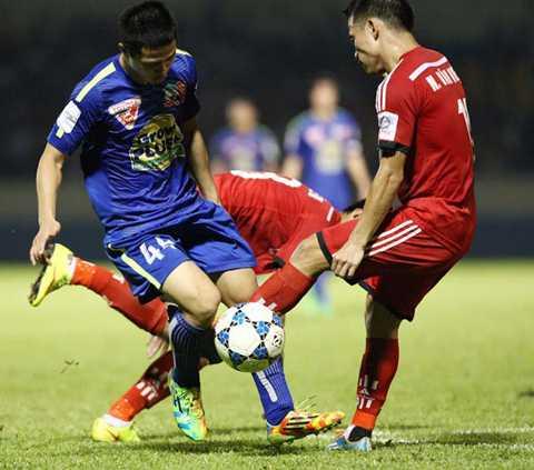 Công Phượng (44) chật vật đi bóng trước sự truy cản quyết liệt của 2 cầu thủ T.Quảng Ninh - Ảnh: Minh Tú